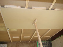 天井ボード貼り中